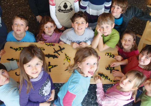 Abb. 2: Salamanderworkshops: Basteln von Plastilinsalamandern (VS Elsbethen). (M. Meikl)
