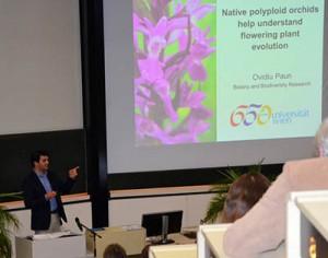 Ovidiu Paun (Department für Botanik und Biodiversitätsforschung) gibt Einblicke in die Evolution von Blütenpflanzen © Martin Rose
