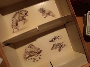 Die liebevollen Illustrationen kann man sogar in der Schachtel bewundern.]