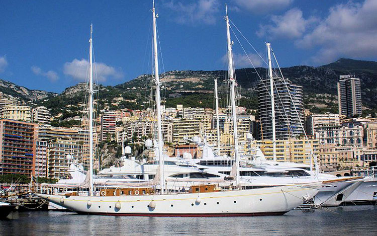 Das Forschungsschiff Xarifa Forschungsschiff XARIFA 2007 im Hafen von Monaco (Gio von Gryneck - Own work. Licensed under CC BY-SA 3.0 via Wikimedia Commons - https://commons.wikimedia.org/wiki/File:Hans_Hass_XARIFA_2007.JPG#/media/File:Hans_Hass_XARIFA_2007.JPG).