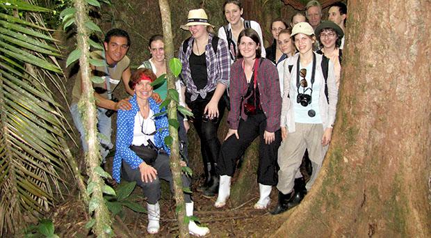Margit Delefant in Costa Rica mit Schüler/innen und Student/innen