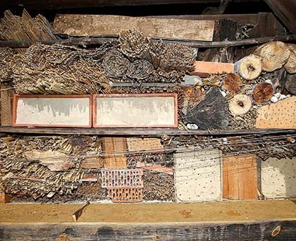 Selbst gebaute Insektennisthilfe Gunczyhof; (Foto: Gernot Kunz)