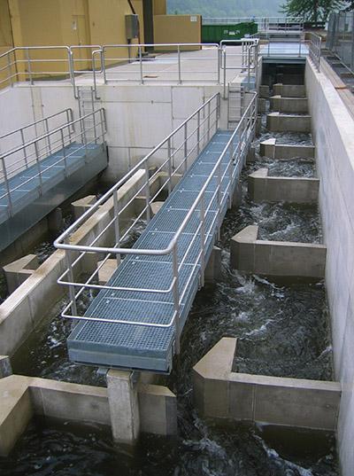 Abb. 2 Eine eher technische Lösung einer Fischaufstiegshilfe – der Schlitzpass. © PodrPro/WikimediaCommons