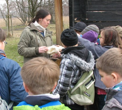 Helene Möslinger mit Wolfsschädel vor einer Kindergruppe