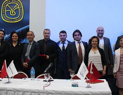 Das Komitee des 'Biyologlar Dayanisma Dernegi und Vertreter der ECBA (Harm Jaap Smit), ABA (Dominique Waddoup), Kibris Turk Biyologlar – Nord-Zypern (Burak Ali Cicek)