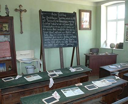 Museumsdorf Niedersulz - Schule aus Gaiselberg: Klassenzimmer einer zweiklassigen Volksschule im Zeitschnitt 1900 (© User:Weisserstier@flickr CC BY 2.0)